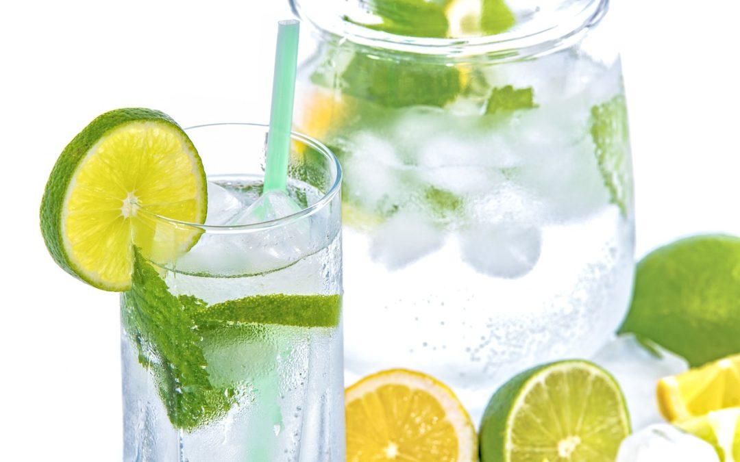 Canicule : faut-il boire de l'eau chaude ou glacée pour lutter contre la déshydratation ?